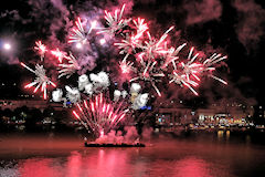 Fusées multicolores feu d'artifice de Bordeaux Fête le Vin 2016 | Photo 33-bordeaux.com
