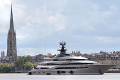yacht Kismet à Bordeaux devant la flèche Saint Michel | Photo Bernard Tocheport