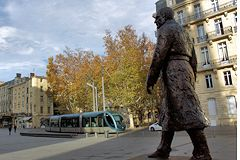 Bordeaux statue Chaban Delmas et tram place Pey Berland | Photo Bernard Tocheport