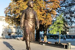 Bordeaux statue en pied de Jacques Chaban Delmas place Pey Berland | Photo Bernard Tocheport